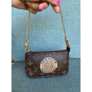 LOUI Vuitton Monogram Mini Pochette